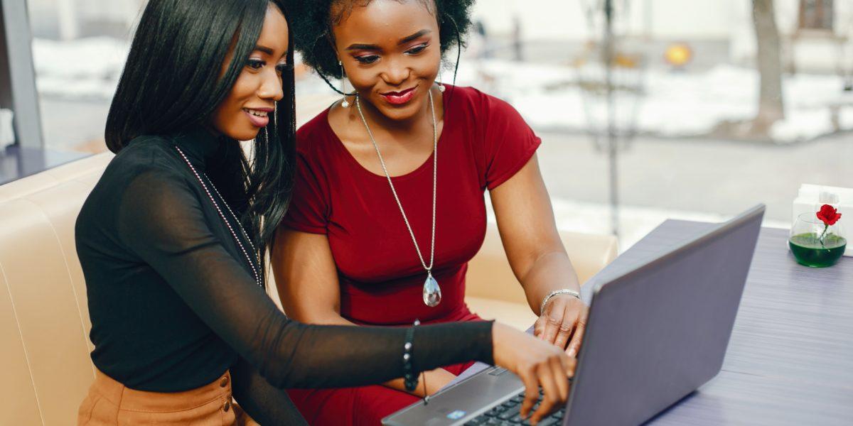 Dream Legacy Foundation - deux femmes afro-américaines travaillant avec un ordinateur portable