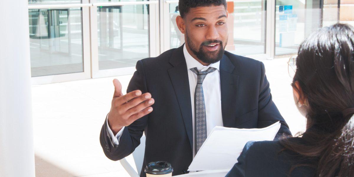 Dream Legacy Foundation - Un entrepreneur noir lance une idée lors d'une réunion