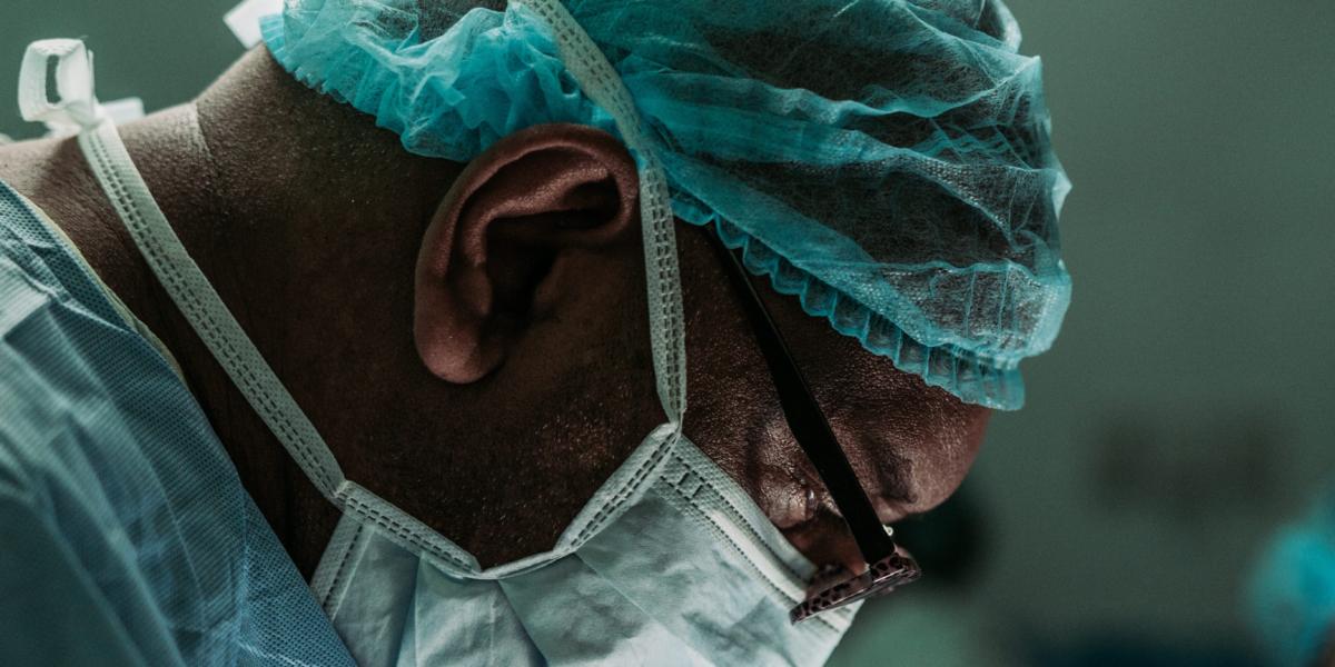 Dream Legacy Foundation - un docteur noir portant un masque